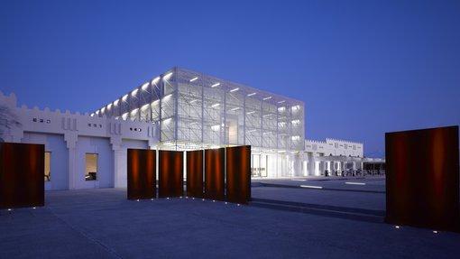 التصميم الخارجي لمتحف: المتحف العربي للفن الحديث مضاء ليلاً