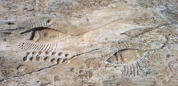 ثلاث مجموعات من المنحوتات الصخرية، في الحجر الرملي الملون، تتكون من سلسلة من الأشكال الدائرية الصغيرة تشكل خطين متوازيين وشكلين إضافيين يشبهان القوارب