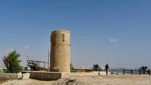 برج الكور الحجري ورجل يمشي بجانبه