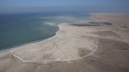 منظر جوي لموقع الزبارة التراثي الواقع بجوار الساحل