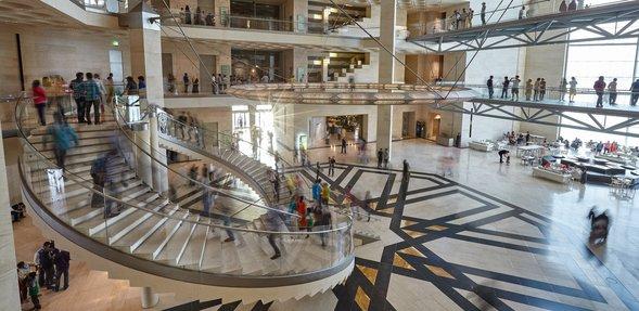 بهو متحف الفن الإسلامي الرائع ودرجه الحلزوني، مزدحم بزوّار المتحف