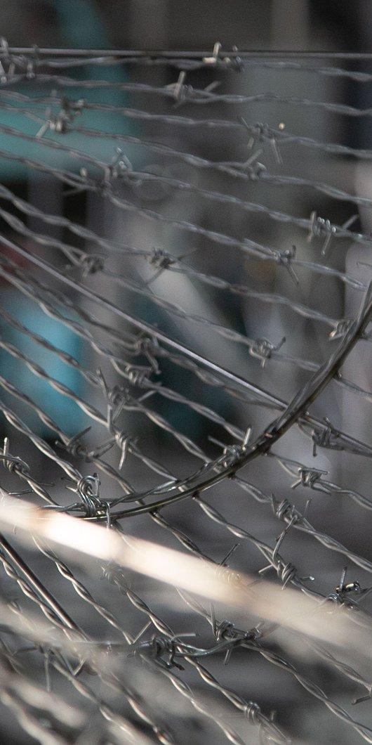 تفاصيل منحوتة من الأسلاك الشائكة الفولاذية تسمى المنفى لمجدولين نصر الله في مطافئ، الدوحة.