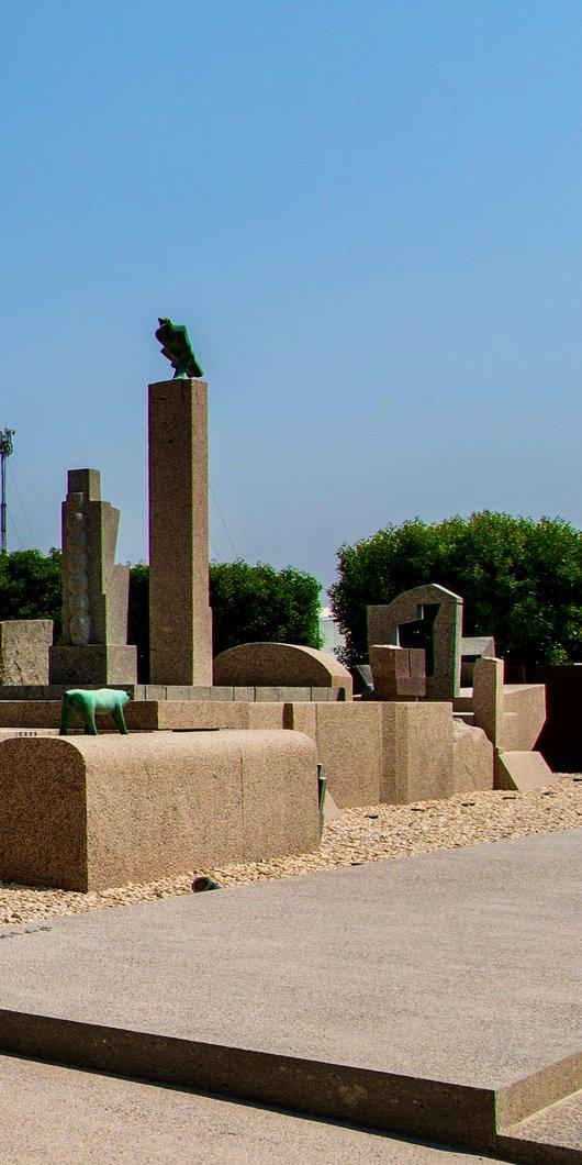منظر خارجي لمدخل المتحف حيث المنحوتات الحجرية الكبيرة