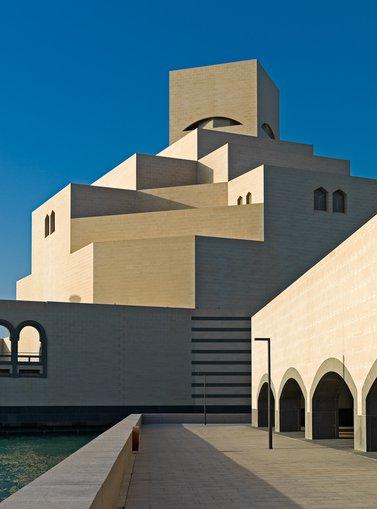 منظر يُظهر تفاصيل التصميم المعماري المميّز  لمتحف الفن الإسلامي وتظهر في الخلفية سماء زرقاء صافية