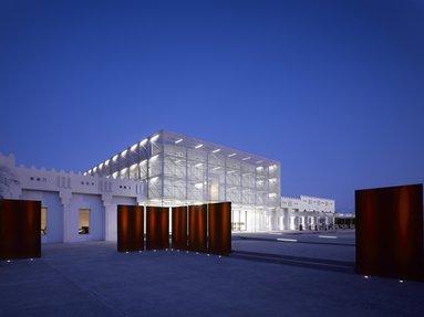 منظر خارجي ليلاً يُظهر التصميم المعاصر لمتحف بأضوائه الساطعة