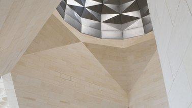 لقطة تُظهر التصميم الداخلي لمتحف الفن الإسلامي الذي يتميّز بجدران رخامية وقبة سقف مزخرفة