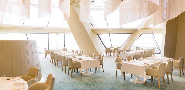 منظر داخلي لمطعم جيوان في متحف قطر الوطني، يُظهر ترتيب الطاولات والعمارة الداخلية