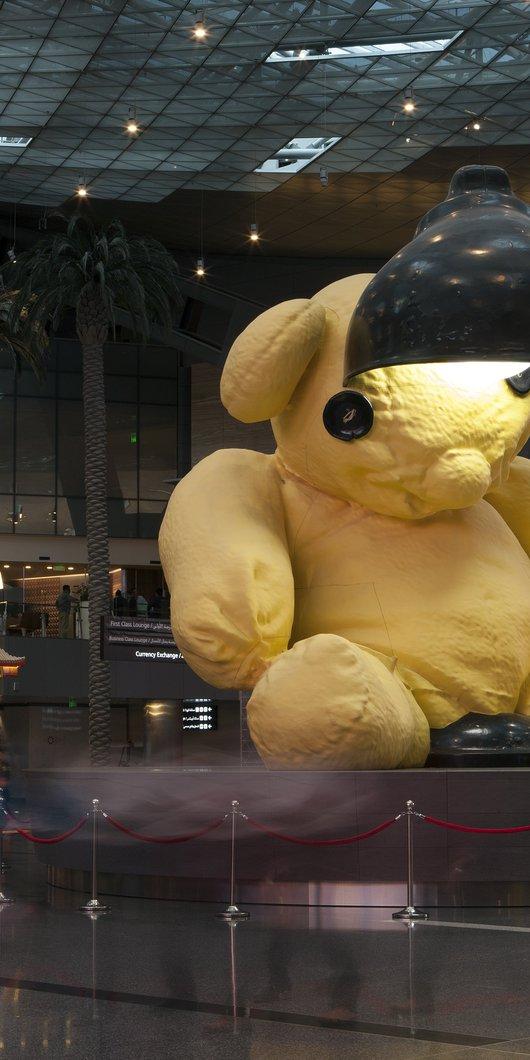 تمثال لدمية صفراء يعلوها مصباح في مطار حمد الدولي