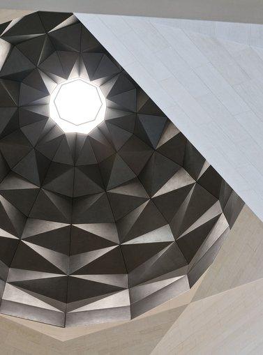 منظر لسقف متحف الفن الإسلامي الذي يشبه القبة بتصميماته المعمارية المعقدة