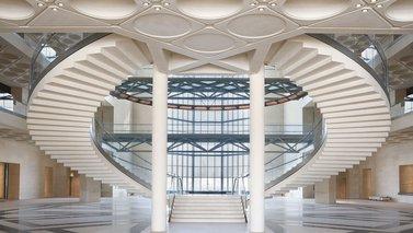 أتريوم متحف الفن الإسلامي يظهر سلالم منحنية وجدران زجاجية وأسقف محفورة