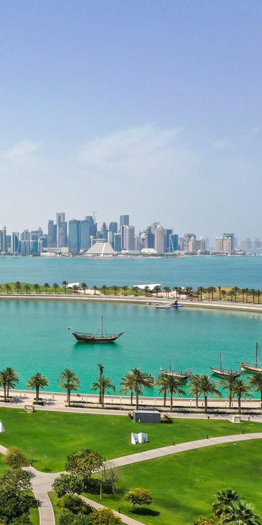 لقطة لمتحف الفن الإسلامي ويظهر أفق الدوحة والكورنيش في الخلفية