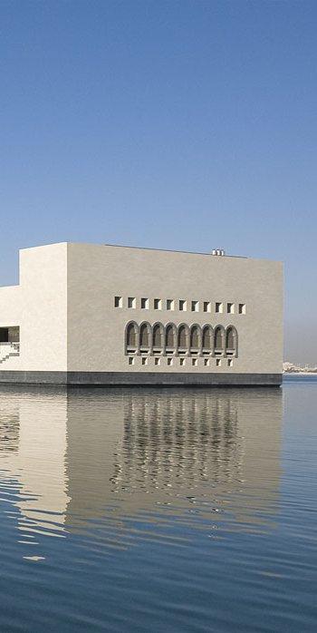 لقطة لمتحف الفن الإسلامي من زاوية ميناء الدوحة ويبدو في الصورة شارع من أشجار النخيل