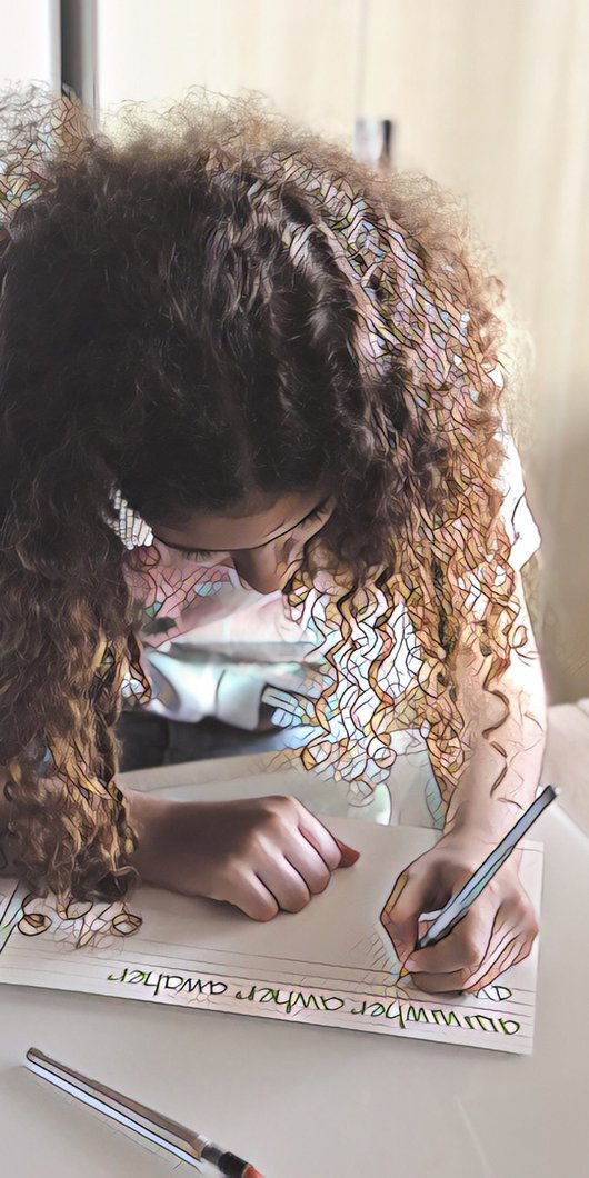 صورة مقربة لفتاة صغيرة تكتب على الورق