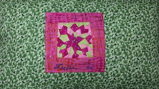 مشغولة يدوية ورقية ملونة على خلفية خضراء
