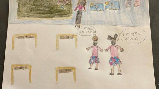 رسمة بألوان بسيطة تمثل غرفة صفية فيها معلمة وطالبتان يرتدين الكمامات