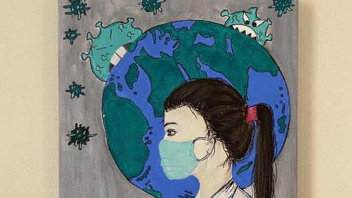 لوحة لعاملة في مجال الرعاية الصحية ترتدي الكمامة ويظهر في الخلفية كوكب الأرض بينما تحاول الفيروسات افتراسه