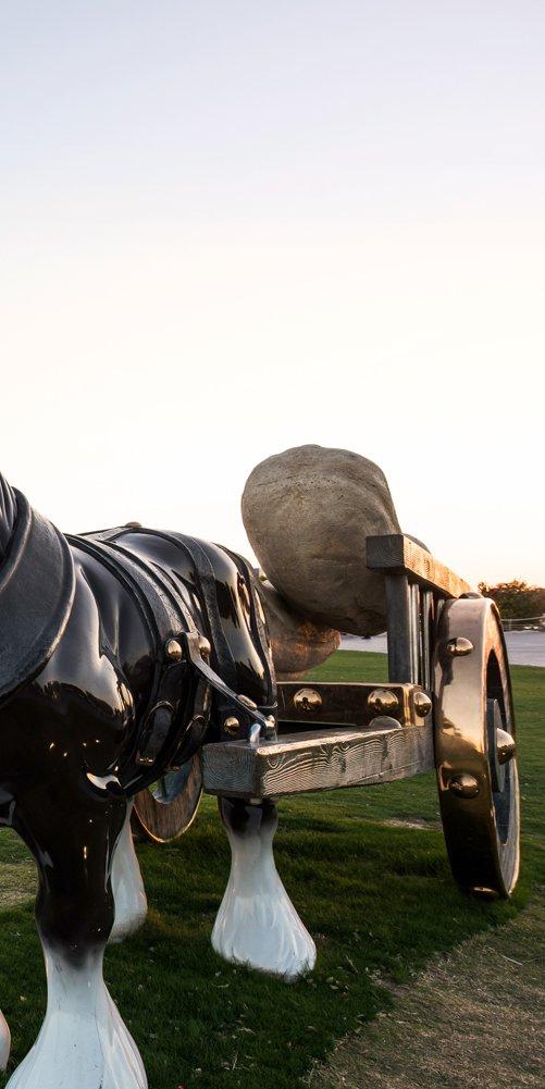 لقطة مقرّبة لبيرسفال ، وهو تمثال برونزي بالحجم الطبيعي لحصان شاير من تصميم سارة لوكاس