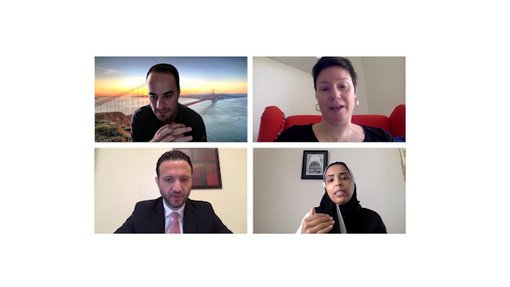 """مقطع فيديو يظهر أربعة أشخاص على مكالمة زووم (رجلان وامرأتان) من أعمال عائشة المهندي الفنية """"ضمن 4 جدران"""" في مطافئ الدوحة."""